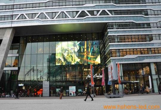 商业大楼上的玻璃幕墙LED显示屏
